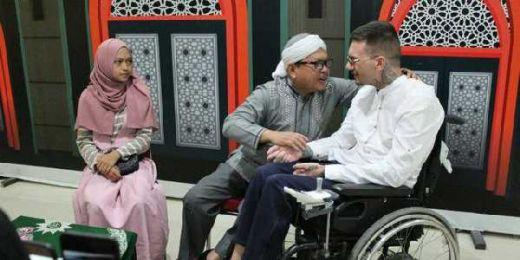 Ingin Ucap Syahadat, Pria Difabel Ini Bela-belain Terbang dari Bosnia ke Indonesia