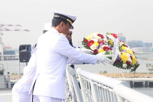Prosesi Tabur Bunga ke Laut Peringati Hari Dharma Samudera 2019