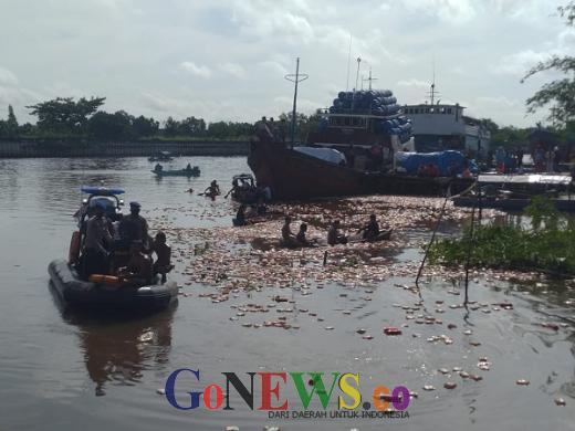 Kapal Penuh Muatan Sembako Karam di Sungai Siak, Warga Berebut Mie Instan