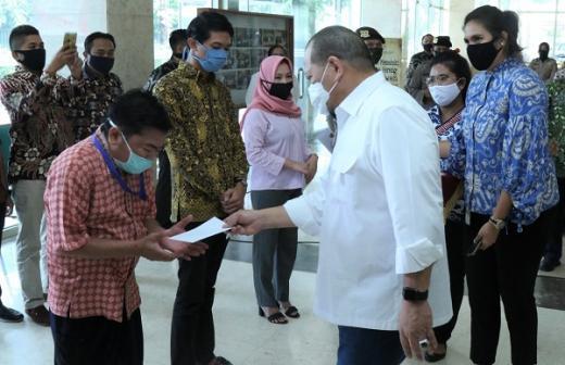 Apresiasi Kinerja Kesekjenan, LaNyalla Berikan THR ke 947 Pegawai DPD RI