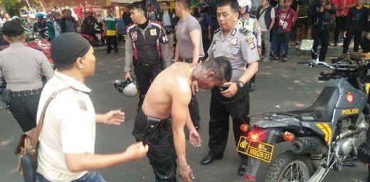 Empat Polisi Terbakar, 15 Aktivis Ditangkap