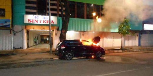 Waduh... Baru 2 Hari Dibeli, Toyota Yaris Ludes Terbakar Saat Parkir