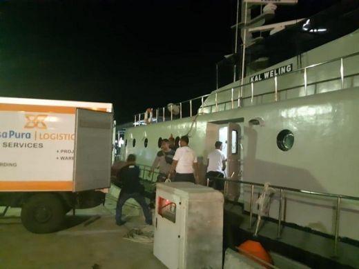 Kapal Perang Lantamal VII Bantu Distribusi Logistik Pemilu