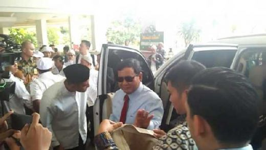 Memakai Dasi Merah dan Berkaca Mata Hitam, Prabowo Hadiri Ijtima Ulama II