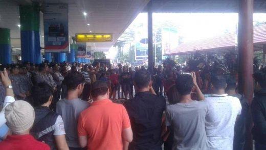 Kepung Bandara, Ormas Adat Tolak Kedatangan Habib Bahar di Manado