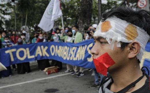 Hujan Deras Tak Bubarkan Demo Mahasiswa Tolak Omnibus Law di Patung Kuda