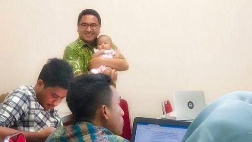 Viral... Dosen Ini Ngajar Sambil Momong Bayi Mahasiswinya yang Rewel