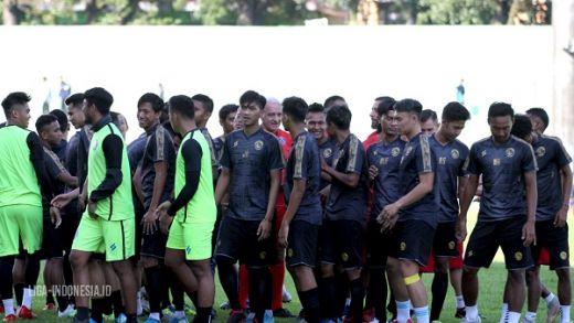Gomez Bilang Rumput Stadion Harus Dipotong