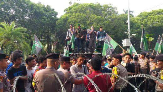 Massa HMI Demo di KPU, Bawa Keranda Mayat dan Bakar Ban