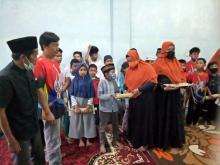 Jelang Lebaran, Forum Pekanbaru Kota Bertuah Bagaikan Sarung dan THR ke Puluhan Anak Yatim
