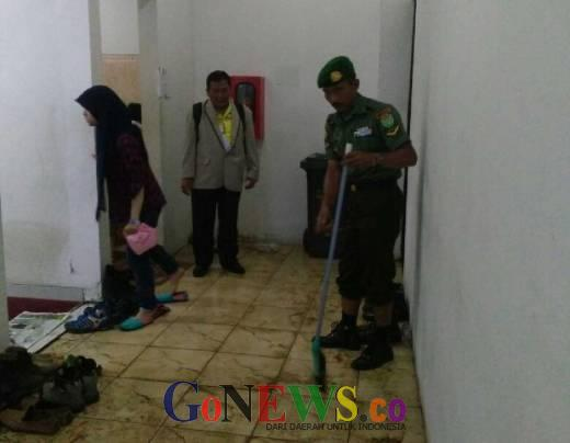 PB PON Tak Menyediakan Cleaning Service, Anggota TNI Ini Rela Bersihkan Tempat Wudhu di Stadion GBLA