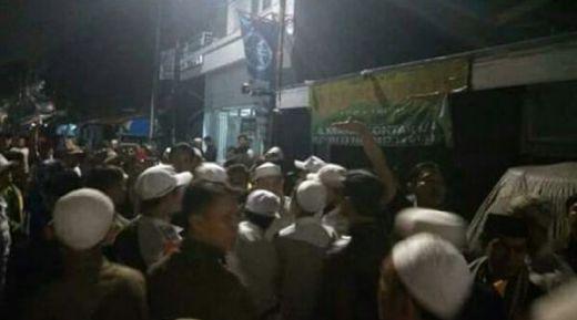 Banser GP Ansor dan Kelompok Ambon Serang Rumah Ketua FPI DKI