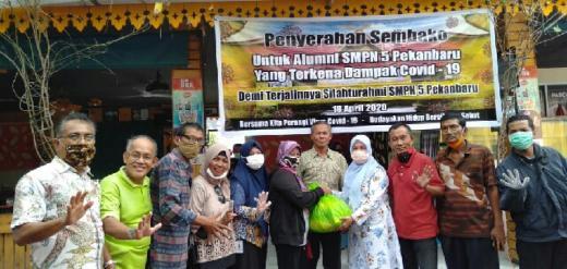 Peduli Pandemi Corona, Alumni SMP 5 Pekanbaru Bagikan Paket Sembako