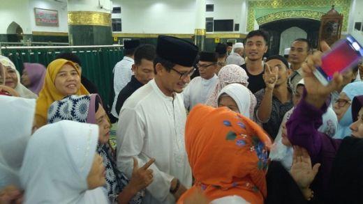Sandiaga Bertakziah ke Rumah Ketua KPPS Yang Meninggal Dunia di Pekanbaru