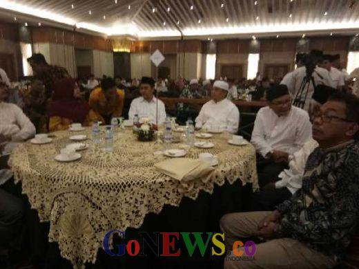 Kompak Pakai Baju Koko Putih, Gubri dan Wagubri Tiba di Lokasi Bukber Masyarakat Riau Jakarta
