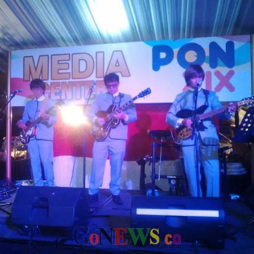 Hibur Wartawan Liputan PON XIX Jabar dengan Lagu-lagu Lawas, Mat Bitell Tampil Memukau