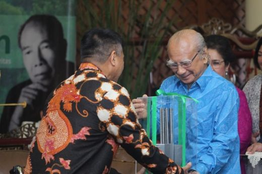 Prof Dr Emil Salim Raih Penghargaan Rosseno Award