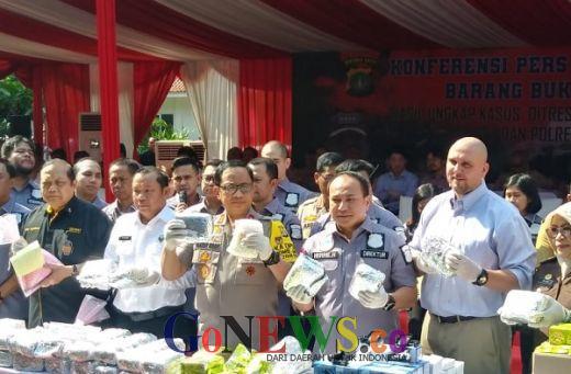 Ribuan Botol Miras dan Narkoba Hasil Operasi 2 Bulan Dimusnahkan Polda Metro Jaya