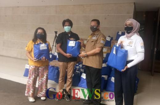 Apreasi Kinerja Wartawan Parlemen, Bamsoet Bagikan Paket Sembako dan Ratusan Ayam Beku