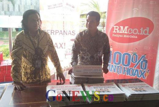 Empat Media Cetak Bagi-bagi Koran di Booth Media MPR saat Pelantikan Presiden
