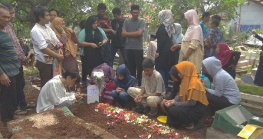 Suasana Haru Pemakaman Petugas KPPS yang Meninggal di Karawang