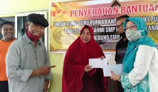 Tak Lupa Jasa Guru, Alumni SMP 5 Pekanbaru Bagikan THR