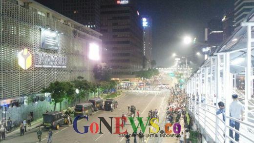 Hingga Pukul 00.48 WIB Massa Enggan Bubar,  Polisi Lepaskan Tembakan Gas Air Mata