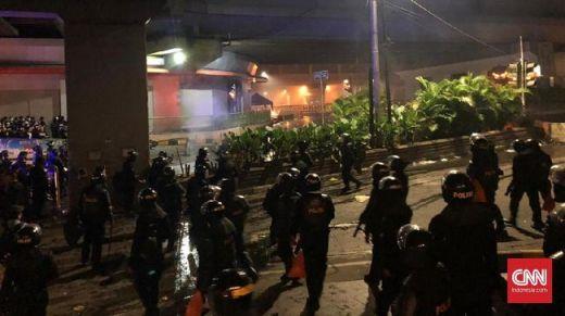 Tak Cuma Gas Air Mata, Polisi Mulai Gunakan Peluru Karet Bubarkan Massa