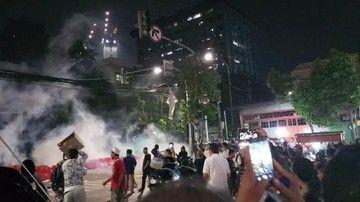 Massa Aksi Bertahan, Balas Aparat dengan Lempar Petasan