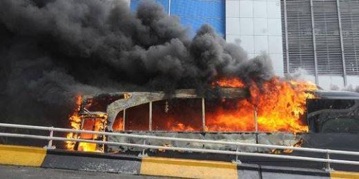 Massa Jarah Peluru Karet dan 5 Bus Brimob Dibakar di Flyover Slipi, Marinir dan Paskhas Turun Tangan