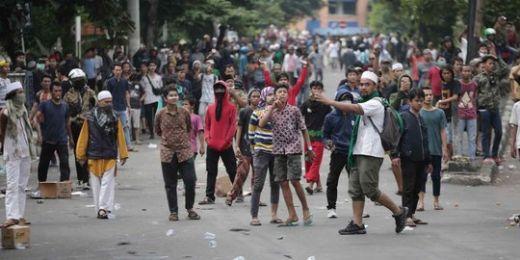 Aksi Bakar Ban Terjadi di Petamburan Hingga Slipi Jaya2