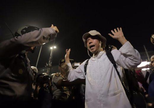 Redam Aksi Massa, Polisi: Adek-adek Sudah ya, Waktunya Sahur, Tolong Matikan Apinya, Kami Bukan Lawan Kalian!