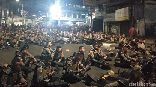 Dipimpin Tokoh Masyarakat, Polisi Selawatan di Flyover Slipi, Massa Pun Berhenti Lempar Petasan