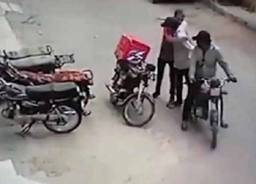 Aksi Lucu Begal Pakistan, Korbannya Nangis, Pelaku Kembalikan Barang dan Peluk untuk Menghibur