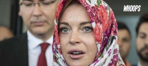 Diskriminatif... Petugas Bandara Minta Lindsay Lohan Lepas Kerudung