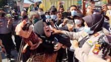 Jelang Sidang, Polwan dan Sejumlah Ibu-ibu Simpatisan HRS Terlibat Saling Dorong di PN Jaktim