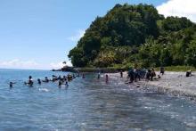 Heboh, Kilauan Emas Bermunculan, Warga Maluku Berdatangan ke Pesisir Pantai