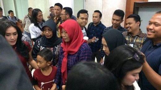 Menanti Putusan Amnesti, Baiq Nuril Bawa Anak Bungsunya ke DPR