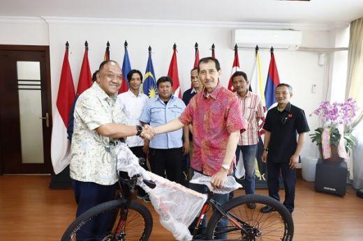 Marciano Serahkan Lima Sepeda Hadiah Doorprize Fun Walk SIWO Pusat