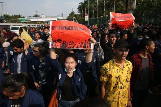 Saling Sindir Kubu Mahasiswa yang Pro dan Kontra RUU Demo di Depan DPR