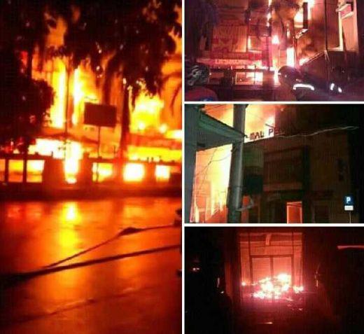 Mall Borobudur Kota Pekalongan Dilalap Si Jago Merah, Petugas Masih Bejibaku Padamkan Api