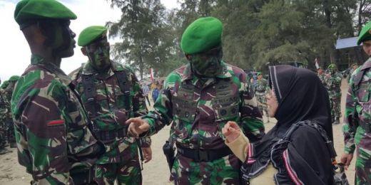 Mengharukan, Tak Miliki Kedua Orang Tua, Cucunya Jadi TNI, Nenek Kalidah Menangis Haru di Bawah Merah Putih
