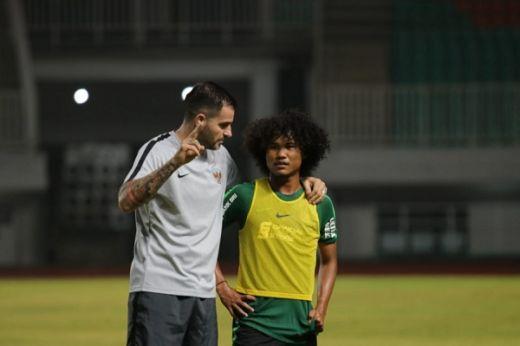Simon Berikan Menu Latihan Takti dan Bola Mati
