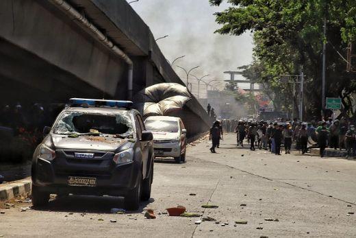 Polisi Tembakkan Gas Air Mata, Mahasiswa Makkasar Balas Lempar Batu