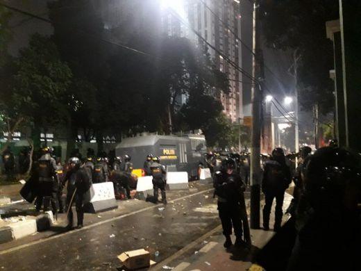 Kericuhan Mahasiswa dengan Polisi Melebar ke GBK dan Stasiun Palmerah