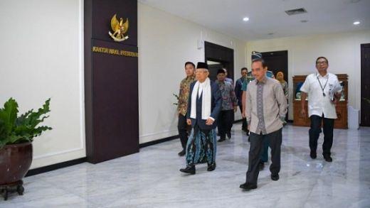 Dampingi Jokowi Pimpin Sidang Kabinet Perdana, Maruf Amin Kenakan Sarung