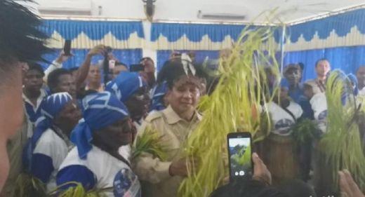 Tiba di Papua, Prabowo Menari Tari Gatsi Bersama Suku Asli Merauke