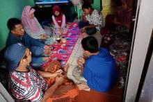 Taat PSBB, Warga Pilih Berdoa di Rumah meski TPU di Depan Mata