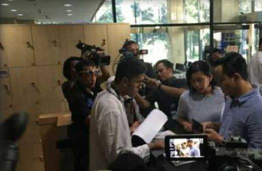 Ayah-Ibunya Ditangkap KPK, Anak Gubernur Bengkulu, Ridwan Mukti Sungkem ke Tahanan