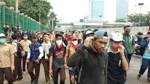 Ratusan Anak STM Serang Anggota Polisi di DPR